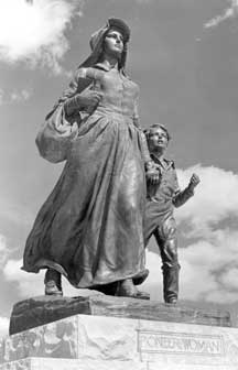 Pioneer Times Pioneer Woman Ponca Oklahoma Pioneer Woman Museum and Statue Chateau Inc Denmark Kesa Plate 41 Defltware